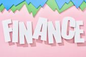 Nejlepší pohled na nápis finančnictví se zelenými a modrými statistikou na růžovém pozadí