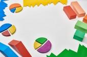 színblokkok és kördiagramok fehér háttérrel, másolási területtel