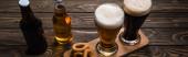 panoráma szemcsésedik-ból szemüveg és üveg-ból sötét és könnyű sör mellett sült hagyma gyűrű-ra fa asztal
