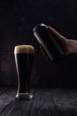vágott kilátás az ember gazdaságban is közel pohár barna sör hab a fából készült asztal