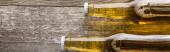 Nejlepší pohled na pivo v lahvích na dřevěné pozadí, panoramatický záběr