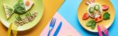pohled na talíři s fantastými zvířaty z potravin na modrém, žlutém a růžovém pozadí