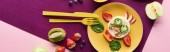 Fotografia vista superiore del piatto con mucca fantasia fatta di cibo vicino ai frutti su sfondo viola, colpo panoramico