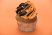 Photo delicious Halloween cupcake on orange background