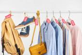 tornacipő, kiegészítők és elegáns ingek fehér alapon elszigetelt kereskedelmi címkékkel