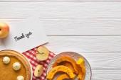 felülnézet az ízletes sütőtök pite Köszönőkártya a fa fehér asztal Alma