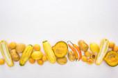 vista dallalto di frutta e verdura gialla su sfondo bianco