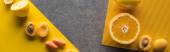 pohled shora na ovoce a zeleninu na žlutém a šedém pozadí, panoramatický záběr
