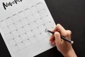 oříznutý pohled na ženu označení černý pátek datum v kalendáři na černém pozadí