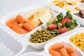 Selektiver Fokus des Ökopakets mit Gemüse, Äpfeln und Salat auf weißem Hintergrund