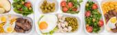 panoramatický záběr eko balíčků s jablky, zeleninou, masem, smaženými vejci a saláty na bílém pozadí