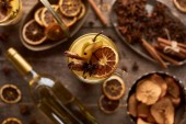 Selektiver Fokus auf traditionellen Birnen-Glühwein mit Gewürzen im Glas