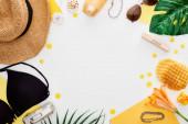 fa blokk június felirat, szalma kalap, digitális fényképezőgép, liliom virág, zöld levelek, napszemüveg, fényvédő, nyalókák, gofri, bikini melltartó elszigetelt fehér