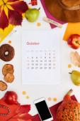 kalendář říjen strana, klobouk, smartphone, ovoce, dýně, suché listy, vícebarevné papíry, dřevěný blok s říjen nápis izolované na bílém