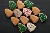 Fotografie byt ležel s lahodným vánoční strom cookies na černém pozadí