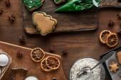 pohled shora na přípravu vánočních sušenek na dřevěném stole