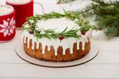 sladký vánoční koláč s polevou a dva šálky kakaa s marshmallows na bílém dřevěném stole