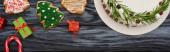 top view karácsonyi pite, kis ajándékok és cookie-k sötét fa asztal