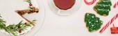 Fotografie Weihnachtskuchen, Tasse Tee und Kekse auf weißem Holztisch