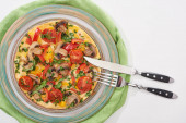 felső nézet lemez ízletes omlett paradicsom és gomba reggeli fehér asztalon szalvétával, villával és késsel