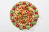 vrchní pohled na domácí omeletu na talíři s čerstvými rajčaty a brokolicí