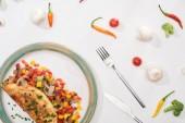 top view lemez házi készítésű csomagolt omlett zöldségek fehér asztalon friss összetevőkkel