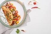 top view di piatto con gustosa frittata fatta in casa con verdure sul tavolo bianco con ingredienti freschi
