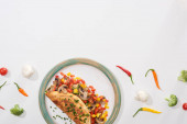 felülnézet finom csomagolt omlett zöldségekkel tányéron friss chili paprika és brokkoli