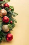 vánoční strom větev s ozdoby na žlutém pozadí
