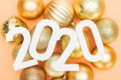 felső nézet fehér 2020 számok arany karácsonyi labdák narancs háttér