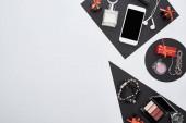 vrchní pohled na gadget, dárkové krabice, parfém, náramky, dekorativní kosmetika, sluchátka
