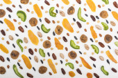 shora pohled na rozmanité ořechy, sušené ovoce a kandované ovoce izolované na bílém