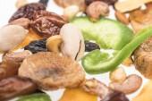 közeli kilátás török válogatott diófélék, szárított gyümölcsök és kandírozott gyümölcs elszigetelt fehér