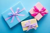 felső nézet színes ajándékdobozok kék háttér