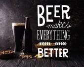 Glas und Flasche Bier in der Nähe von Schüsseln mit Snacks auf dunklem Holztisch mit Weißbier macht alles besser Illustration
