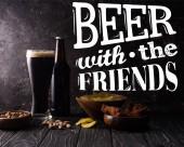 Glas und Flasche Bier in der Nähe von Schüsseln mit Snacks auf dunklem Holztisch mit Weißbier mit den Freunden Illustration