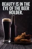 Flasche und Glas Bier in der Nähe Teller mit Snacks auf Holztisch mit Schönheit ist im Auge des Bierhalters Illustration