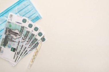 KYIV, UKRAINE - 25 Mart 2020: Beyaz arkaplanda Rus rublesi ve termometresi