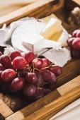 zblízka pohled na francouzskou snídani s Camembert a hroznů na dřevěném podnosu