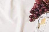 top view francia reggeli szőlő és Camembert texturált fehér terítő