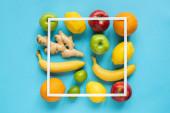 vrchní pohled na zralé celé ovoce a čtvercový rám na modrém pozadí