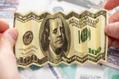 oříznutý pohled na ženu držící zmačkanou dolarovou bankovku