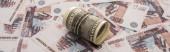 panoramatický záběr dolarů cash roll na ruských rublech