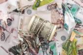 top pohled na cash roll s dolary v blízkosti zmačkaných rublových bankovek
