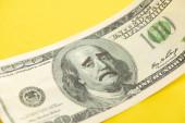 közel a dollár bankjegy szomorú arc rajz elszigetelt sárga