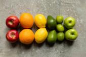 vrchní pohled na chutné barevné plody na šedém betonovém povrchu