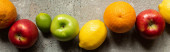 vrchní pohled na chutné barevné plody na šedém betonovém povrchu, panoramatický záběr