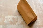 hnědý papírový sáček na ošlehaném povrchu