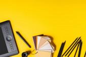 felső nézet rajz tabletta, színes paletta és ceruzák közelében Stylus sárga