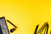 Ansicht des Zeichenbretts und Bleistifte in der Nähe von Stift auf gelb